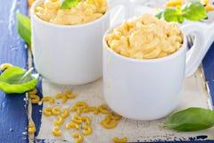 Macaroni en kaas in mokken wordt gediend die royalty-vrije stock fotografie