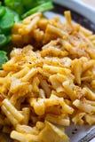Macaroni en kaas op de plaat royalty-vrije stock afbeeldingen