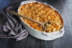 Macaroni en Kaas over Rustieke Achtergrond Royalty-vrije Stock Afbeelding