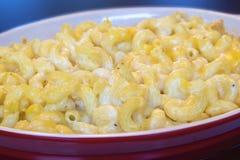 Macaroni en Kaas in Rode Schotelclose-up stock afbeeldingen
