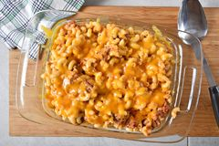 Macaroni en kaasbraadpan met rundvlees royalty-vrije stock foto