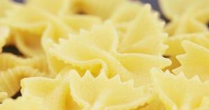 Macaroni Farfalle in massa stock videobeelden