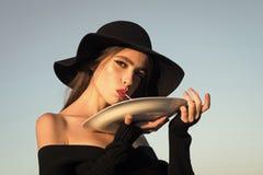 macaroni in handen van elegante vrouw in zwarte hoed macaroni als Italiaans traditioneel voedsel stock fotografie
