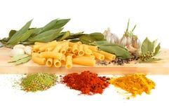 Macaroni met baaibladeren en kruid royalty-vrije stock foto's