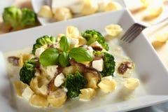 Macaroni met broccoli op de plaat stock afbeeldingen