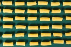 Macaroni met groene achtergrond royalty-vrije stock foto