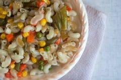 Macaroni met groenten stock foto