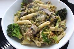 Macaroni met groenten en saus stock fotografie