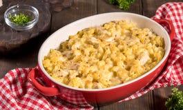 Macaroni met kaas, kip stock foto