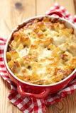 Macaroni met kaas, kip en paddestoelen stock foto