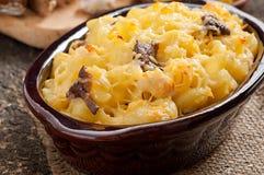 Macaroni met kaas, kip en paddestoelen stock afbeeldingen