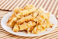 Macaroni met kaas op een lijst stock foto's