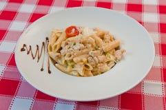 Macaroni met kip Stock Foto's