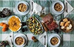 Macaroni met salade, worsten, brood en sinaasappel met kaneel royalty-vrije stock foto
