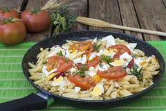 Macaroni met tomaat en groenten stock foto