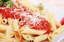 Macaroni met tomatensaus stock afbeeldingen