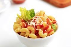 Macaroni met, tomatensaus en kaas stock foto's