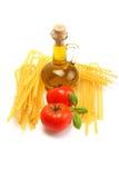 Macaroni, tomaten, basilicum en olie Royalty-vrije Stock Foto's