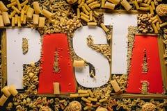 macaroni in vorm van woorddeegwaren stock afbeeldingen