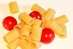 Macaronideegwaren en tomaat royalty-vrije stock foto's