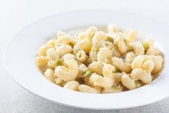 Macaronimaträtt med zucchinien och parmesan Fotografering för Bildbyråer