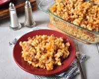 Macaronirundvlees en kaasbraadpan stock foto