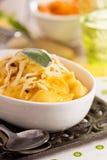 Macaronis au fromage avec la courge de butternut photographie stock