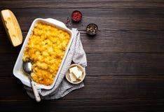 Macaronis au fromage dans la cocotte en terre images stock
