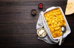 Macaronis au fromage dans la cocotte en terre image stock