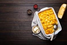 Macaronis au fromage dans la cocotte en terre photos stock