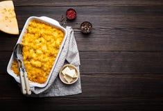 Macaronis au fromage dans la cocotte en terre photographie stock