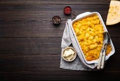 Macaronis au fromage dans la cocotte en terre images libres de droits
