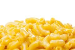 Macaronis au fromage dans une cuvette image libre de droits