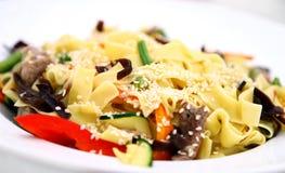Macaronis avec de la viande et des légumes images stock