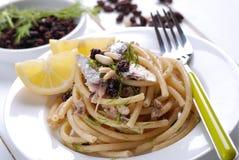 Macaronis avec des anchois photographie stock