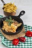 Macaronis avec du fromage et le chorizo homemade photographie stock