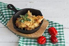 Macaronis avec du fromage et le chorizo homemade image libre de droits