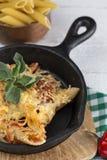 Macaronis avec du fromage et le chorizo homemade images stock