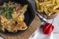 Macaronis avec du fromage et le chorizo homemade photo libre de droits