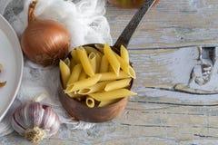 Macaronis avec du fromage et le chorizo homemade photos stock