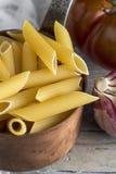 Macaronis avec du fromage et le chorizo homemade photos libres de droits