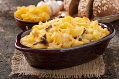 Macaronis avec du fromage, le poulet et les champignons images stock