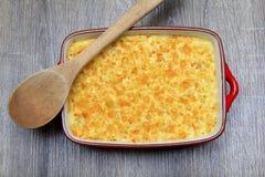 Macaronis avec du fromage, poulet image libre de droits