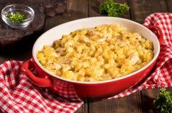 Macaronis avec du fromage, poulet images libres de droits