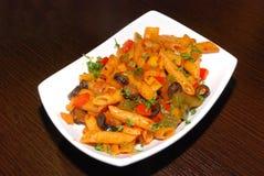 Macaronis avec la sauce tomate photos libres de droits