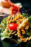 Macaronis avec le bifteck saumoné Photos libres de droits