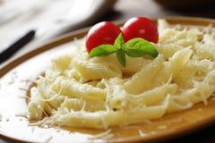 Macaronis avec le parmesan photographie stock