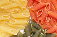 Macaronis colorés multi avec des épices Images libres de droits