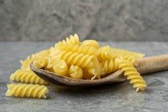 Macaronis crus dans la cuillère en bois photo libre de droits