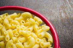 Macaronis crus dans la cuvette photo libre de droits